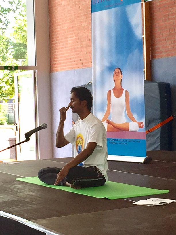 das indische generalkonsulat hamburg feierte den idy und yoga im t glichen leben war eingeladen. Black Bedroom Furniture Sets. Home Design Ideas